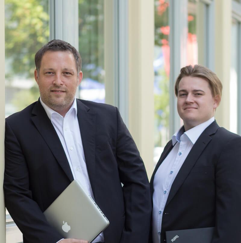 Das Foto zeigt die beiden Firmengründer thomas Ziegler und Kevin Schmidt